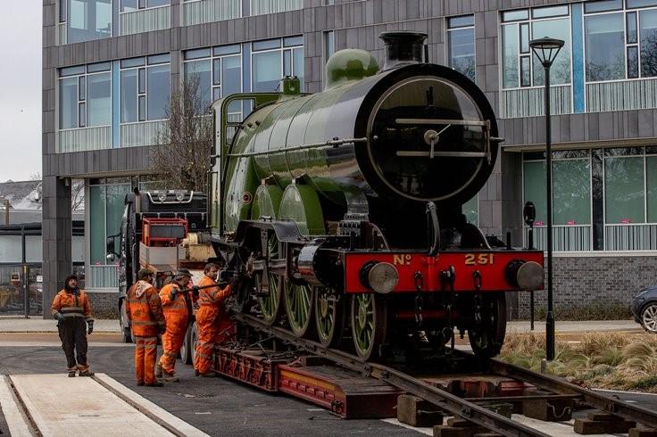 No 251 Locomotive arrives at Doncaster web2